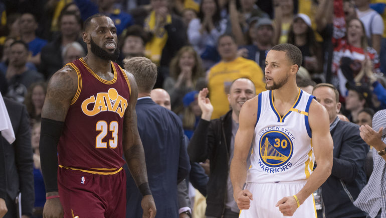 Леброн ДЖЕЙМС (слева) и Стефан КАРРИ. И не только они - главные лица НБА. Фото AFP