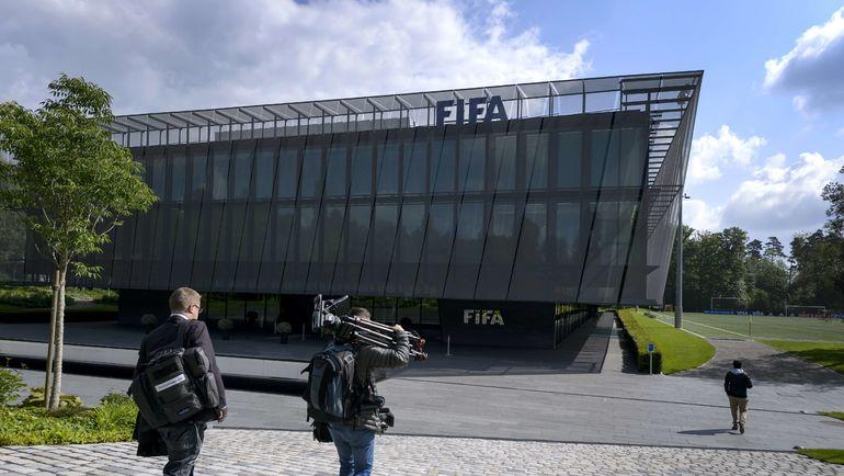 ТВ-группа  у штаб-квартиры ФИФА в Цюрихе. Фото AFP