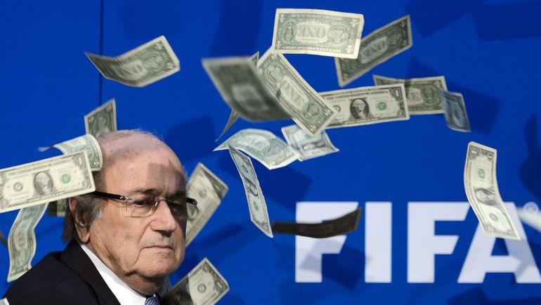 Бывший глава ФИФА Йозеф БЛАТТЕР под дождем из ненастоящих долларов. Фото AFP