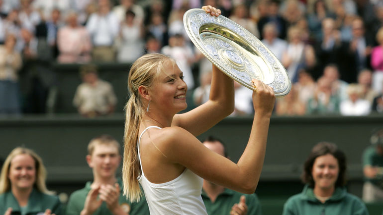 """3 июля 2004 года. Лондон. 17-летняя Мария ШАРАПОВА со своим первым трофеем на турнирах """"Большого шлема"""". Фото Reuters"""