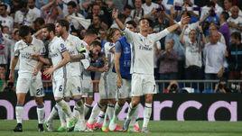 """Вторник. Мадрид. """"Реал"""" - """"Бавария"""" - 4:2. 105-я минута. КРИШТИАНУ РОНАЛДУ с партнерами празднует второй гол."""