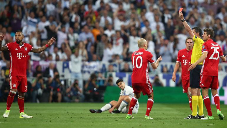 "Вторник. Мадрид. ""Реал"" – ""Бавария"" – 4:2 д. в. 84-я минута. Венгерский арбитр Виктор КОШШОИ удаляет Артуро ВИДАЛЯ (слева). Фото Reuters"
