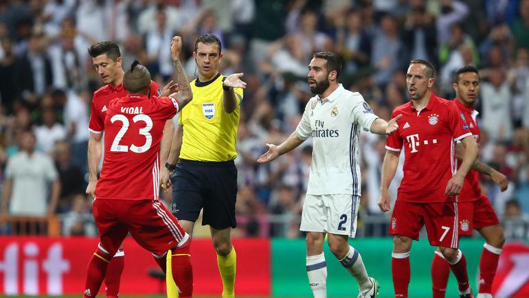 """51-я минута. Виктор КОШШОИ назначает пенальти в ворота """"Реала"""". Фото Reuters"""