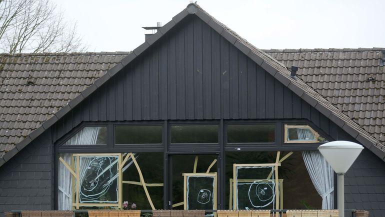 Окна гостиницы, куда подозреваемый заселился одновременно с командой, пострадали от взрыва. Фото AFP