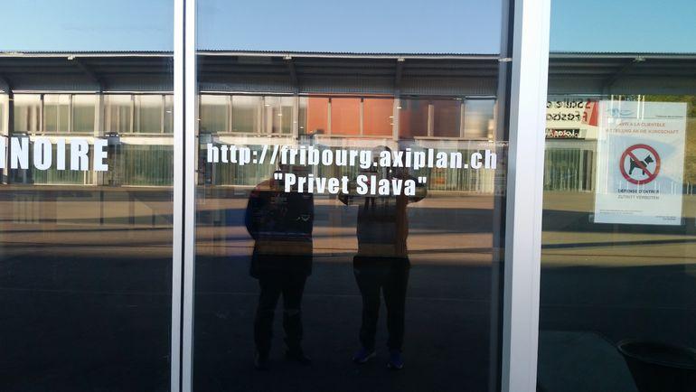 """На двери главного входа арены красуется надпись """"Privet Slava"""". Фото """"СЭ"""""""