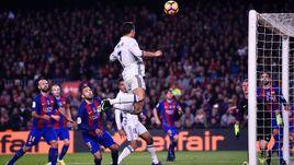 """КРИШТИАНУ роналду (№7) атакует ворота """"Барселоны""""."""