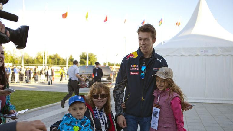 """Даниил КВЯТ с юными поклонниками. Фото Пресс-служба """"Сочи Автодром"""""""