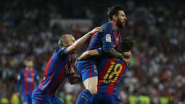 """Игроки """"Барселоны"""" поздравляют Лионеля МЕССИ (в центре) в забитым голом."""