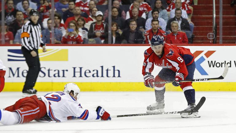 Дмитрий ОРЛОВ (справа) набрал два очка в шести матчах - и это лучший результат среди российских защитников. Фото USA TODAY Sports