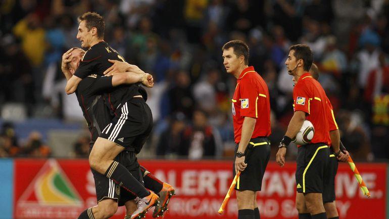 2010 год. Рафаэль ИЛЬЯСОВ (второй справа) в матче Аргентина - Германия - 0:4.
