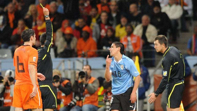 2010 год. Рафаэль ИЛЬЯСОВ (справа) в матче Уругвай - Голландия (2:3).
