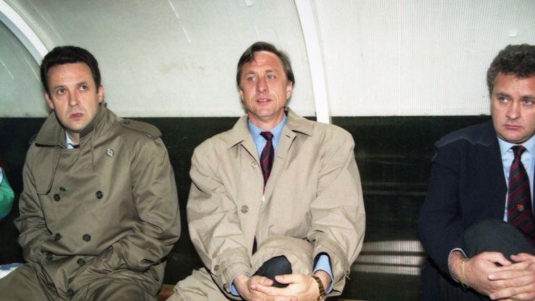 """Йохан КРОЙФ (в центре) во время работы главным тренером """"Барселоны"""" в 1995 году. Фото AP"""