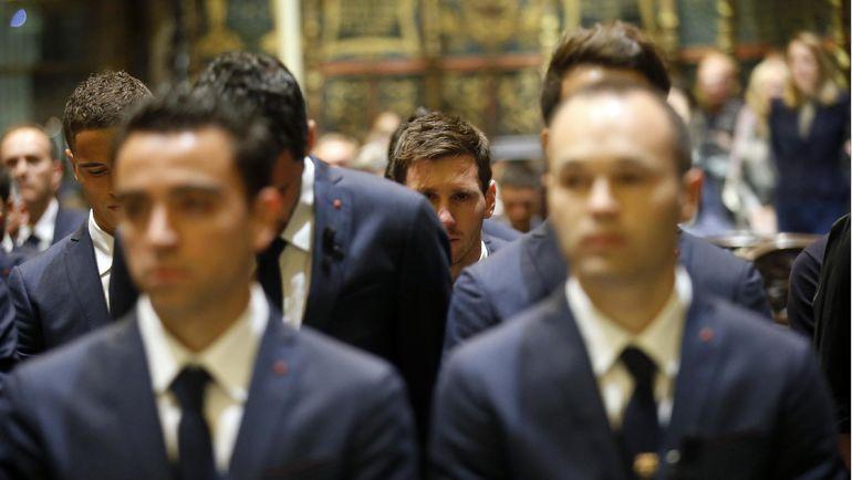 Лионель МЕССИ (в центре) плачет на похоронах Вилановы. Фото Reuters