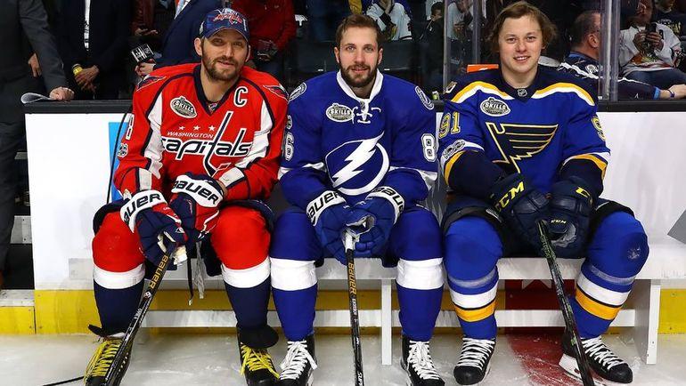 28 января. Лос-Анджелес. Никита КУЧЕРОВ (в центре) с Александром ОВЕЧКИНЫМ (слева) и Владимиром ТАРАСЕНКО на Матче звезд НХЛ. Фото AFP