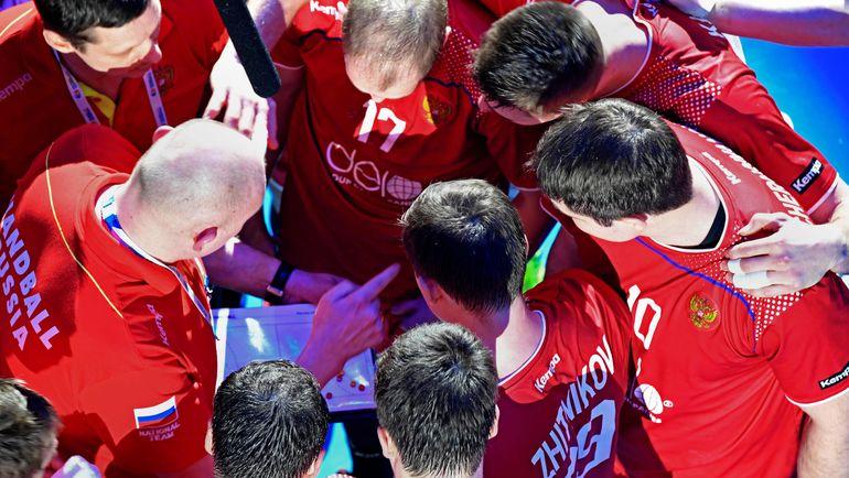 Дмитрий ТОРГОВАНОВ (слева) дает установку игрокам сборной. Фото AFP