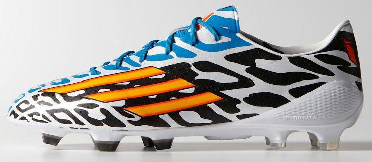 db7d16ce Плюс к тому нападающий будет выделяться на фоне коллег синим цветов верхней  части футбольной обуви.
