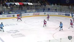 Гол. 2:1. Шумаков Сергей (Сибирь) забрасывает шайбу в ворота соперника в большинстве