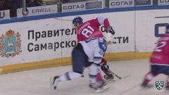 Удаление. Роман Савченко (Барыс) получил 2 минуты за задержку руками