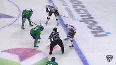 Удаление. Линус Умарк (Салават Юлаев) удалён на 4 минуты за опасную игру высоко поднятой клюшкой