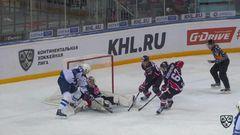 Гол. 0:3. Столяров Геннадий (Нефтехимик) забрасывает шайбу в ворота соперника