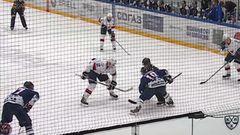 Гол. 1:2. Игорь Мусатов (Слован) беспрепятственно отправил шайбу в ворота