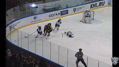 Удаление. Максим Трунёв (Северсталь)  получил 2 минуты за опасную игру высоко поднятой клюшкой