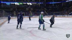 Удаление. Дмитрий Макаров (Салават Юлаев) получил 2 минуты за задержку клюшкой