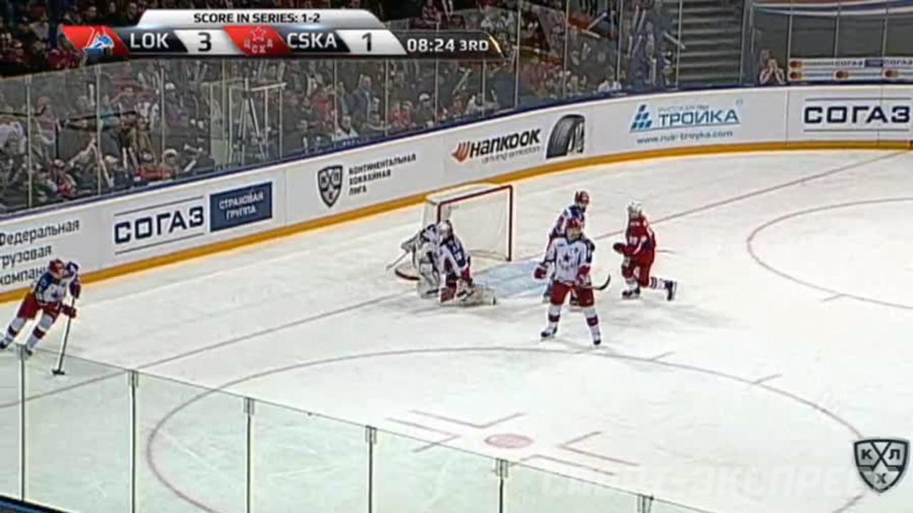 Гол. 4:1. Полунин Александр (Локомотив) забрасывает шайбу в ворота соперника
