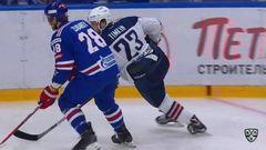 Удаление. Евгений Тимкин (Металлург) получил 2 минуты за опасную игру высоко поднятой клюшкой